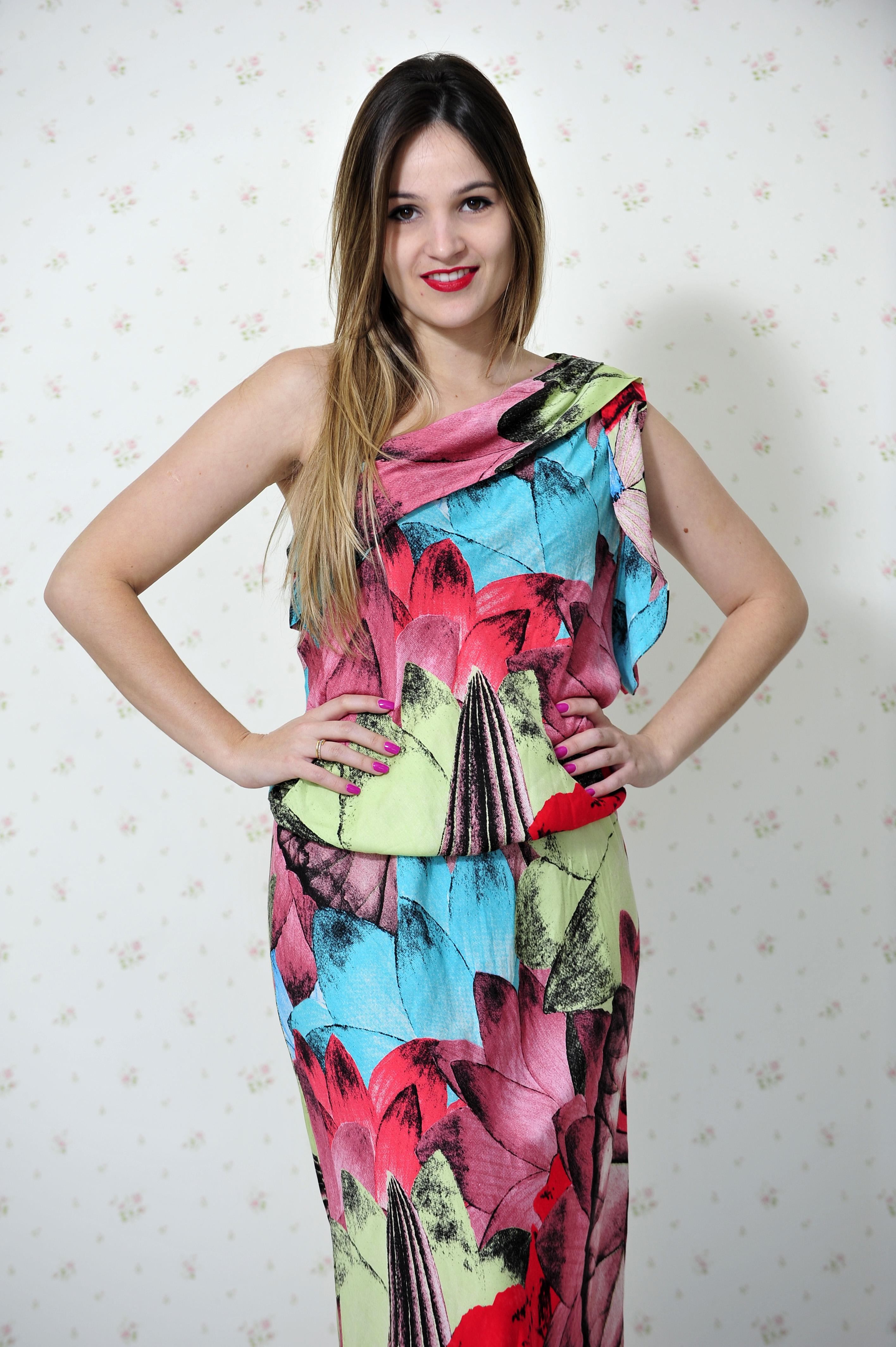 24f70dc96e49 E o modelo de um ombro só é super estiloso, deixa a mulher sensual na  medida certa. Pra mim vestido longo ...
